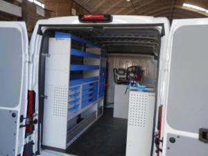 exemplo de oficina sobre rodas com estantes tecnolam